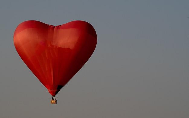 Balão de ar vermelho lindo no céu Foto Premium