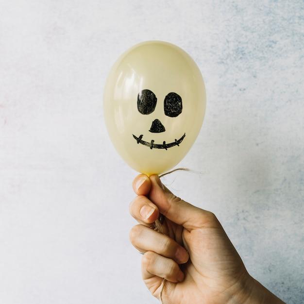 Balão de halloween com rosto pintado assustador Foto gratuita