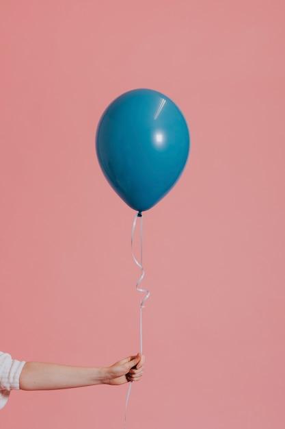 Balão de hélio em uma corda Foto gratuita