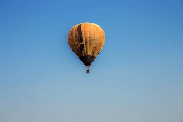Balão no céu azul. Foto Premium