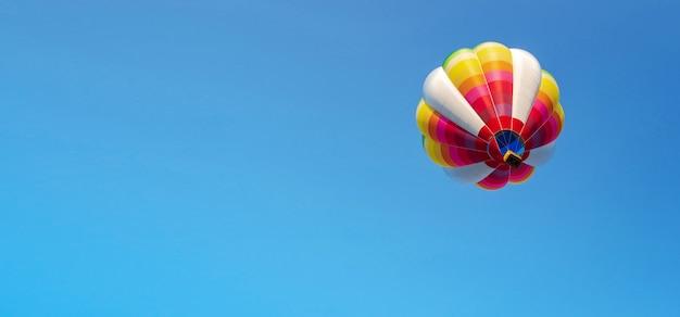 Balão no céu azul Foto Premium