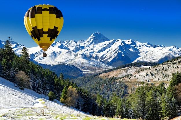 Balão preto e amarelo com o pic du midi de bigorre pyrenees Foto Premium