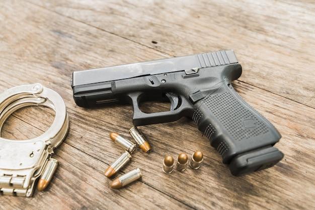 Balas de revólver na mesa de madeira Foto Premium