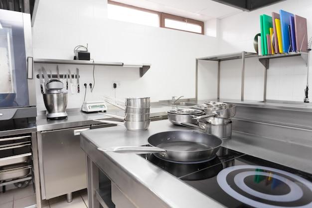 Balcão de fogão em uma cozinha de restaurante moderno Foto Premium