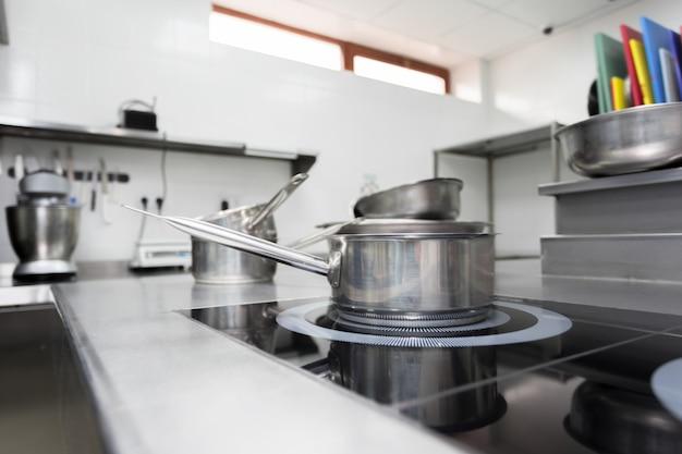 Balcão de fogão em uma moderna cozinha de restaurante Foto Premium
