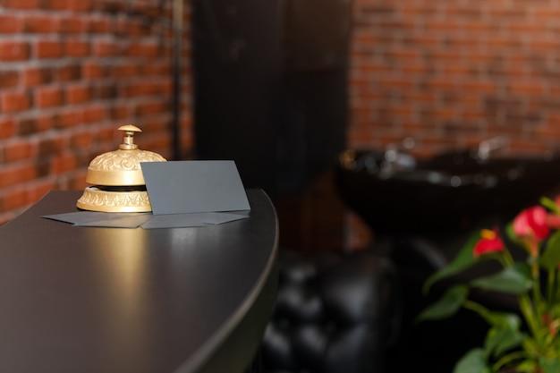 Balcão de recepção do hotel com campainha de serviço. sino de chamada de concierge do hotel Foto Premium