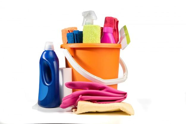 Balde com produtos de limpeza e ferramentas Foto Premium