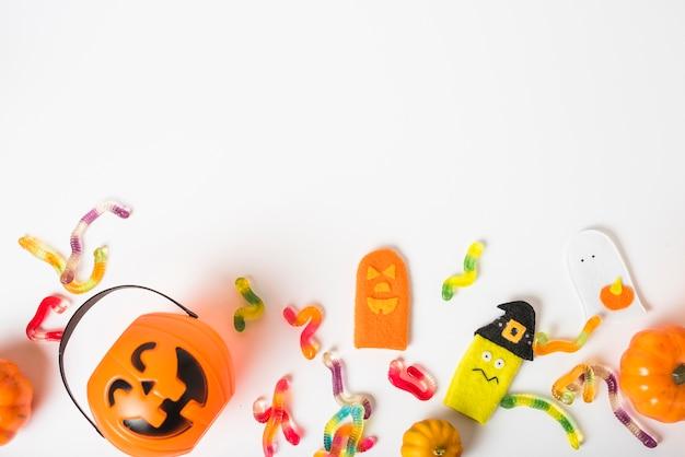 Balde em meio a minhocas de gelatina e brinquedos Foto gratuita