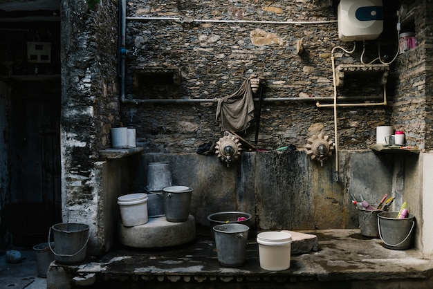 Baldes em uma área de lavagem Foto gratuita