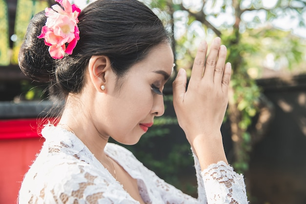 Bali mulher rezando templo em pequenos santuários em casas Foto Premium