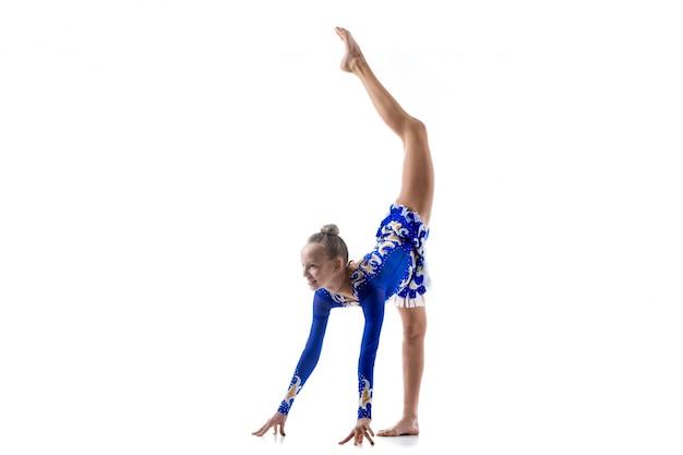 Ballerina fazendo separações em pé Foto gratuita