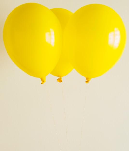 Balões amarelos brilhantes com espaço de cópia Foto gratuita