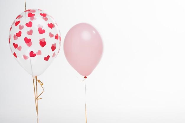 Balões artísticos de close-up com figuras de coração Foto gratuita