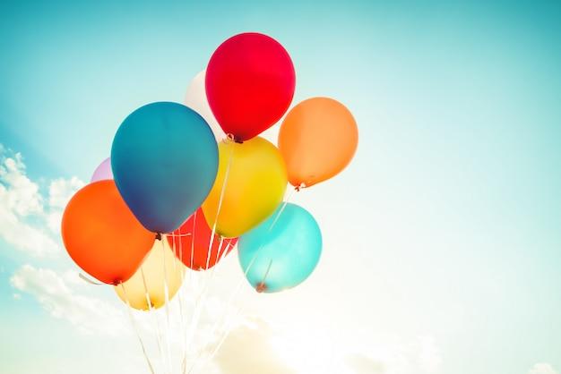 Balões coloridos feitos com um efeito de filtro retrô instagram. Foto Premium