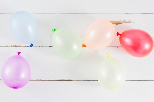 Balões com as cores da bandeira do orgulho Foto gratuita