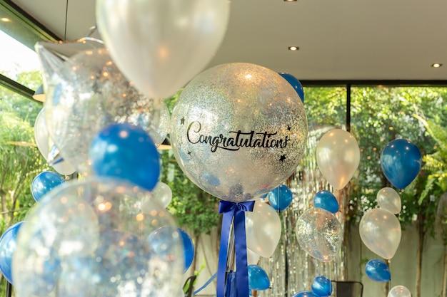 Balões com palavra felicitações na decoração do ballon no restaurante. Foto Premium