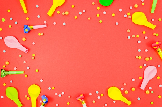 Balões de aniversário coloridos com confete Foto gratuita