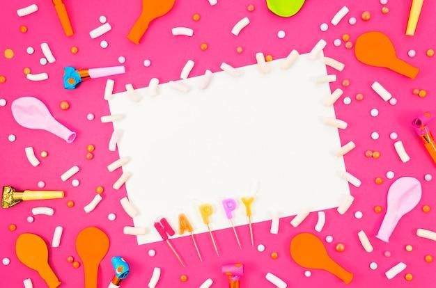 Balões de aniversário coloridos com uma folha de papel Foto gratuita