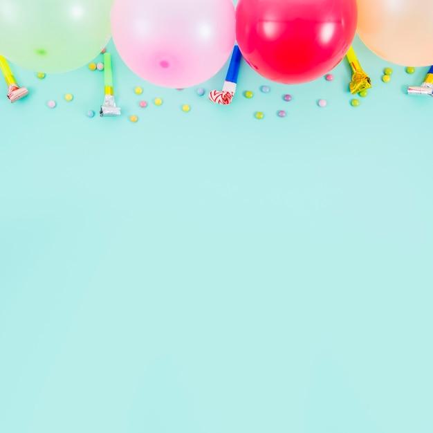 Balões de aniversário coloridos com ventilador de festa Foto gratuita