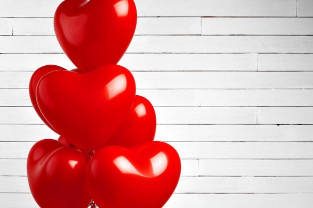 Balões de ar. bando de coração vermelho em forma de balões de alumínio Foto Premium