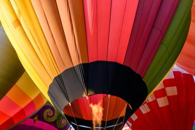 Balões de ar quente coloridos com inflamação de um inflável Foto Premium