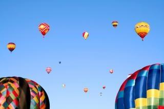 Balões de ar quente coloridos Foto gratuita