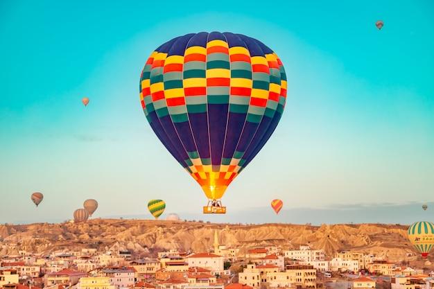 Balões de ar quente no céu sobre a capadócia. Foto Premium