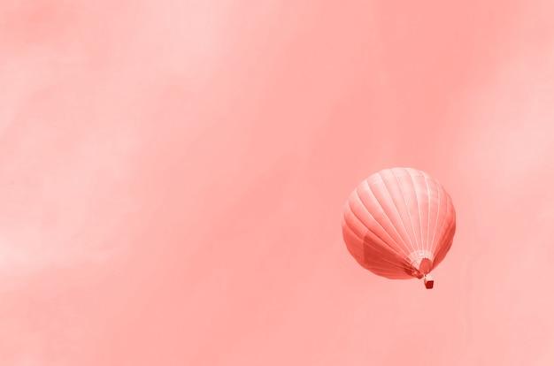 Balões de ar quente voando sobre o céu. copie o espaço Foto Premium