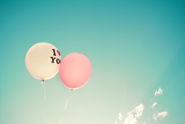 Balões festivos coloridos sobre o céu azul Foto Premium