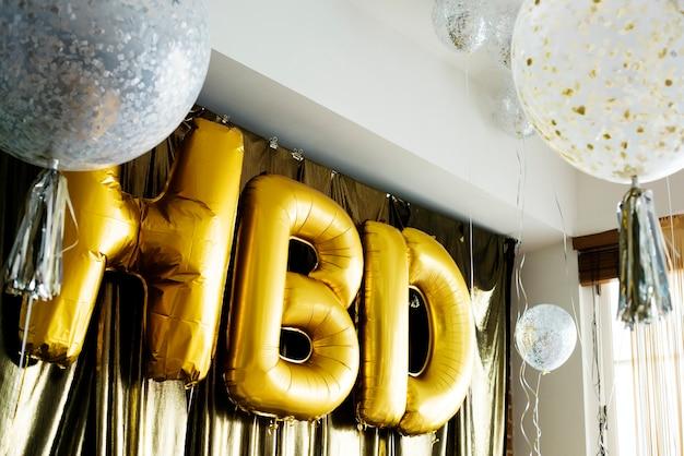Balões hbd em uma festa de aniversário Foto Premium