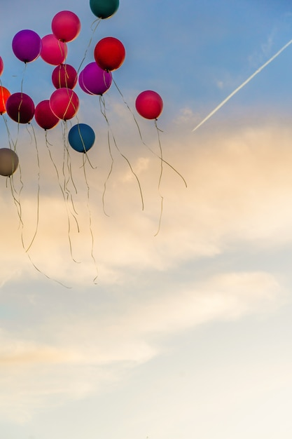 Balões no céu Foto gratuita