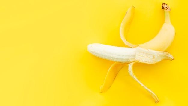 Banana com casca aberta Foto gratuita