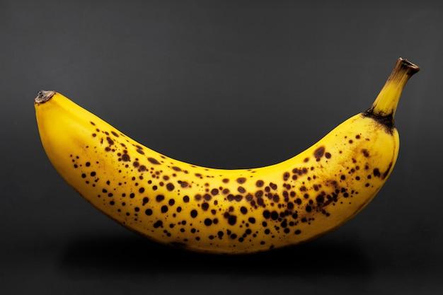 Banana com manchas escuras. fechar-se Foto Premium