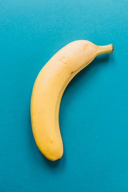 Banana deliciosa no fundo azul Foto gratuita