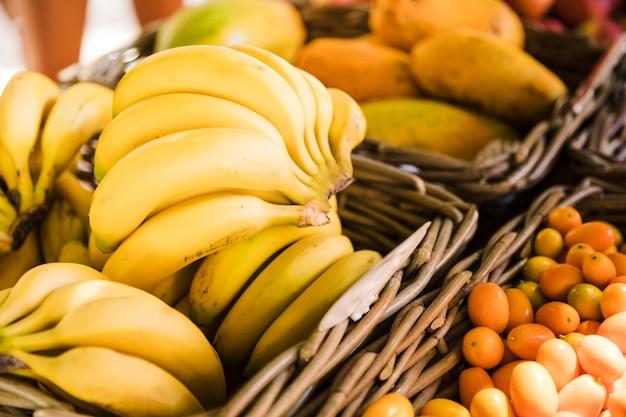 Banana fresca e saudável no mercado de rua Foto gratuita