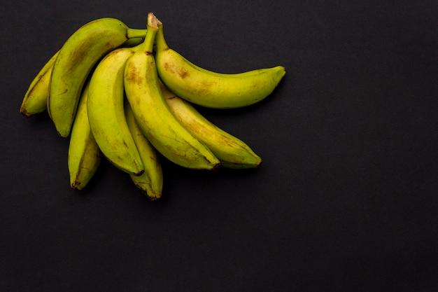 Bananas na superfície preta Foto Premium