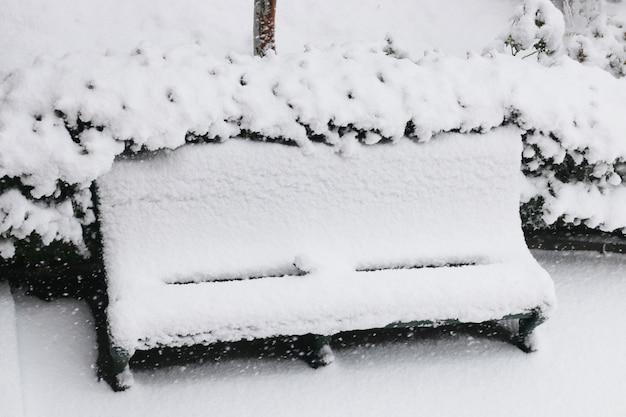 Banco coberto de neve Foto gratuita