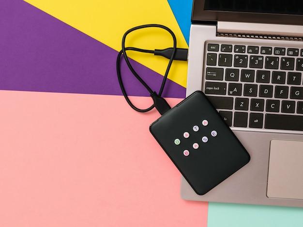 Banco de dados de disco rígido externo rotulado conectado ao laptop Foto Premium