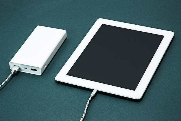 Banco de potência e laptop Foto gratuita