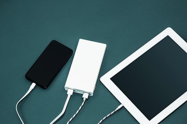 Banco de potência e telefone celular Foto gratuita