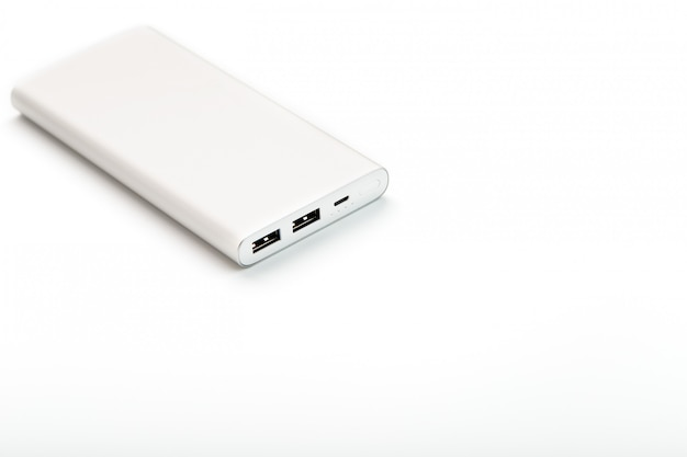 Banco de potência para carregar seu smartphone bateria externa universal para espaço livre dos gadgets e composição minimalista. Foto Premium