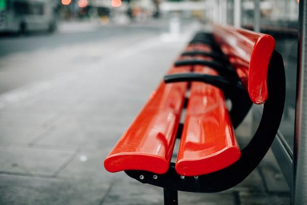 Banco vermelho vazio na cidade Foto gratuita