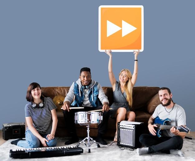Banda de músicos segurando um ícone de botão de avanço rápido Foto gratuita