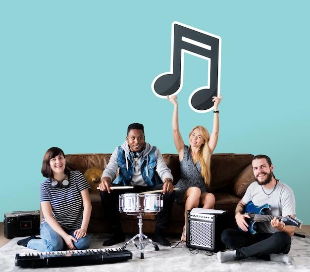 Banda de músicos segurando um ícone de nota musical Foto gratuita