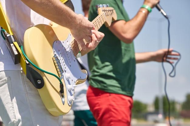 Banda de rock jovem executa suas músicas na rua, close-up Foto Premium