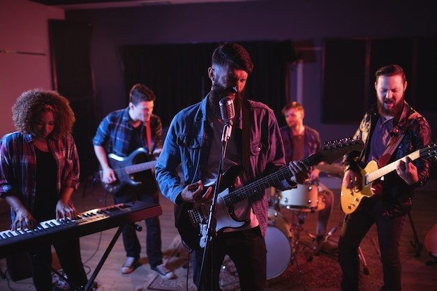 Banda se apresentando em estúdio Foto gratuita