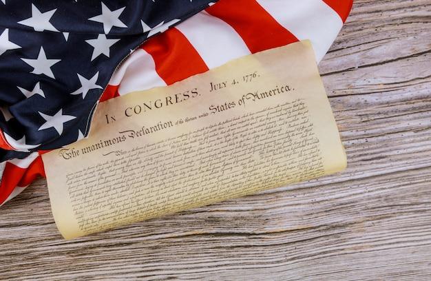 Bandeira americana da declaração de independência dos estados unidos com 4 de julho de 1776 Foto Premium