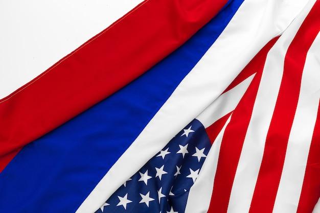 Bandeira americana dos eua e bandeira russa juntos fundo Foto Premium