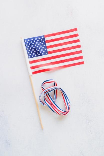 Bandeira americana e fita de cores nacionais Foto gratuita
