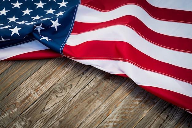 Bandeira americana em uma mesa de madeira escura Foto gratuita